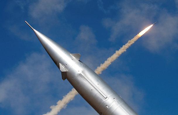 Ракета мобильной системы противовоздушной обороны на фоне летящей ракеты, выпущенной из ЗРК С-300 на международных армейских игр 2017