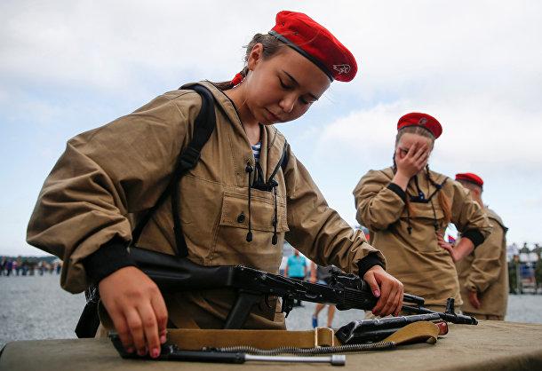 Девушка собирает АК-74 на международных армейских игр 2017 в Андреевском военном полигоне недалеко от Тюмени