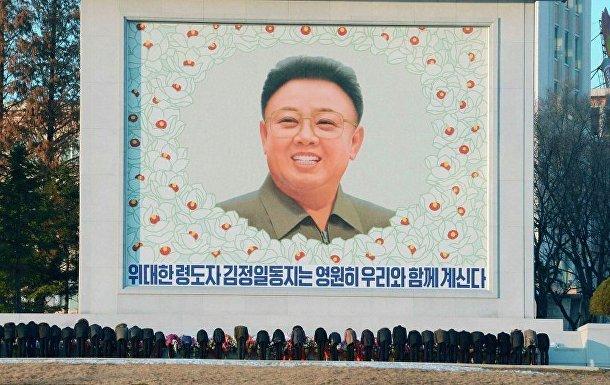 Весь день жители Пхеньяна возлагают цветы к памятникам Ким Чен Иру