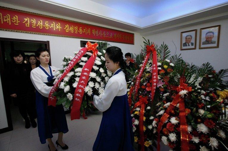 Лидер КНДР скончался 17 декабря 2011 года, однако СМИ сообщили об этом только 19 декабря. По данным Центрального телеграфного агентства Кореи, Ким Чен Ир скончался в поезде во время поездке по стране. Как сообщали иностранные СМИ, северокорейский лидер страдал от диабета и проблем с сердцем