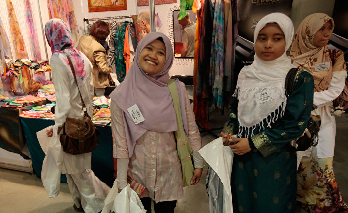 Посетительницы международной выставки «Арабия-ЭКСПО 2010»