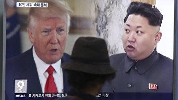 Президент США Дональд Трамп и лидер Северной Кореи Ким Чен Ын на экране телевизора. Сеул, 10 августа 2017