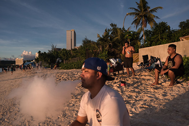 Туристы на пляже в районе Тумон Бэй