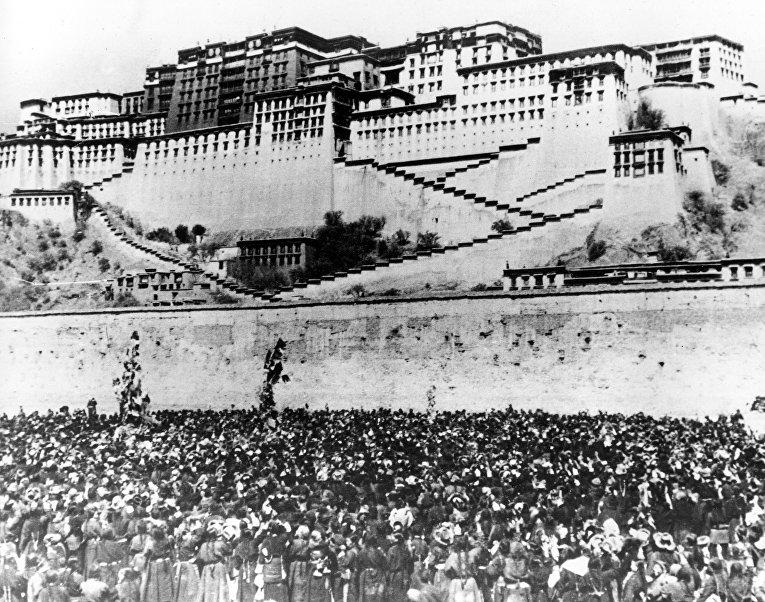 Акция протеста против китайских репрессий у резиденции Далай-Ламы в Лхасе