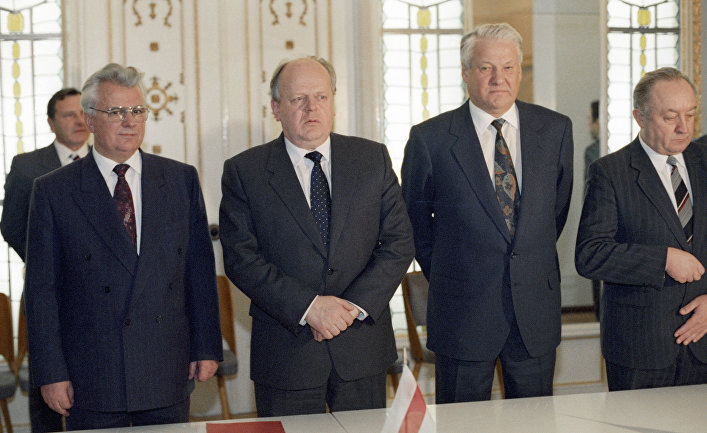 Президент Украины Леонид Кравчук, Председатель Верховного Совета Белоруссии Станислав Шушкевич и Президент России Борис Ельцин после подписания Соглашения о создании СНГ в Беловежской пуще