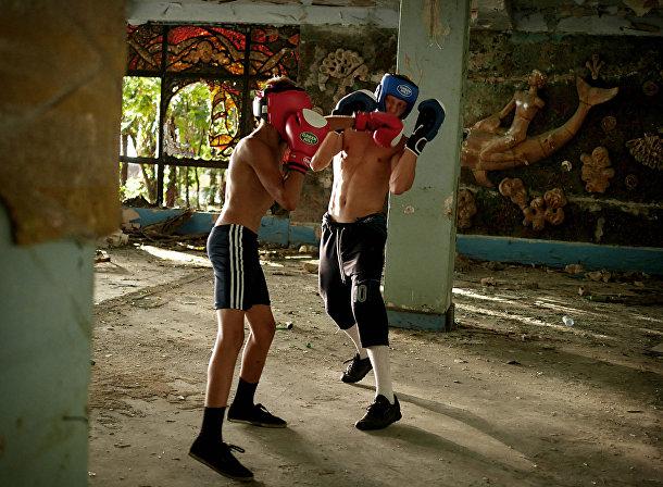Боксеры тренируются в заброшенном здании