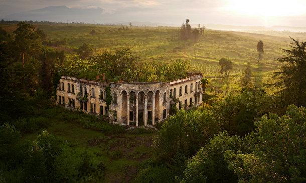 Заброшенное здание университета в Гали