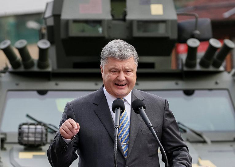 Президент Украины Петр Порошенко во время визита на выставку украинской военной техники в Киеве