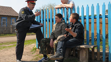 Участковый беседует с подростками