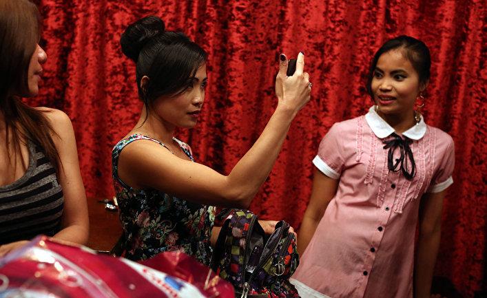 Филиппинки, работающие горничными участвуют в модном показе в ресторане в Бейруте, Ливан