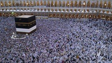 Верующие молятся в Мекке во время паломничества