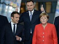 Президент Франции Эммануэль Макрон, президент Польши Анджей Дуда и федеральный канцлер ФРГ Ангела Меркель на церемонии фотографирования глав делегаций стран-участниц НАТО
