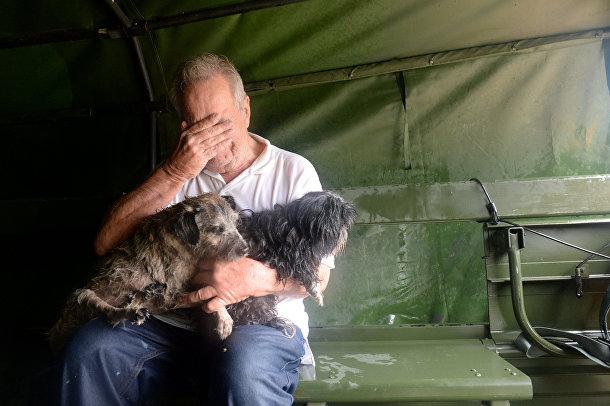 Эвакуированный мужчина и его собаки, спасенные национальной гвардией США в Сайпресс-крик