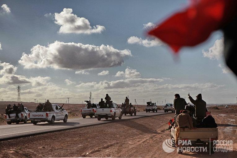 Бойцы ливийской оппозиции едут на передовую