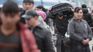 Пассажиры поезда Ташкент-Москва на платформе Казанского вокзала Москвы