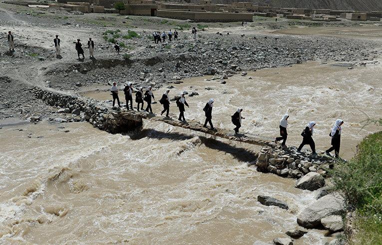 Дети на пути в школу в афганской деревне