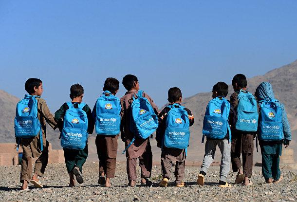 Дети идут в школу на окраине Герата в Афганистане