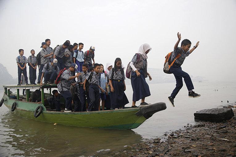 Дети приплыли в школу в индонезийском Палембанге