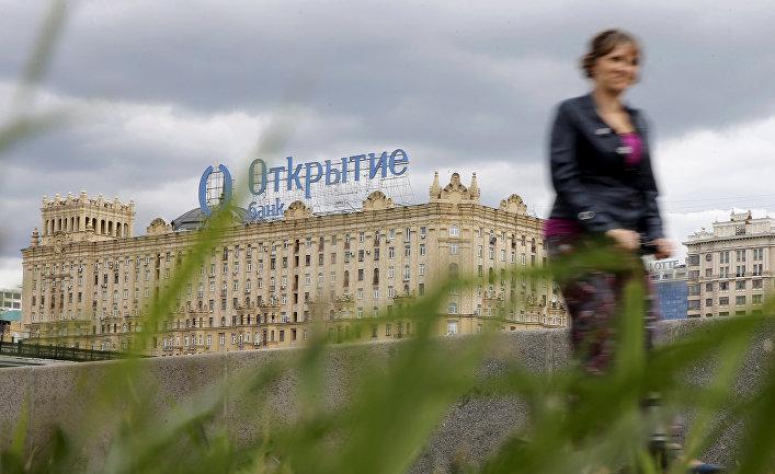 Реклама банка «Открытие» на крыше здания в Москве