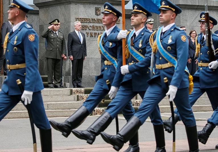 Министр обороны США Джеймс Мэттис и министр обороны Украины Степан Полторак на параде в честь Дня независимости в Киеве. 24 августа 2017