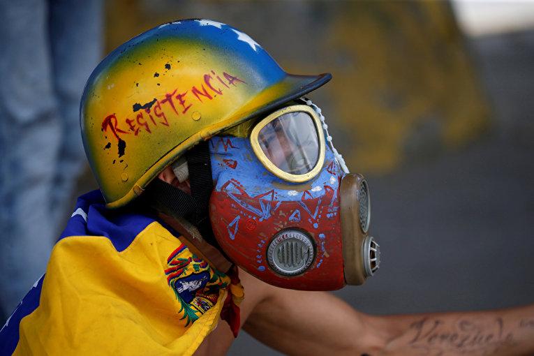 Демонстрант во время антиправительственного митинга в Каракасе