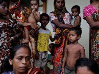 Женщины и дети из этнической группы рохинья Мьянме, вынужденные бежать от насилия в их деревнях. 30 августа 2017