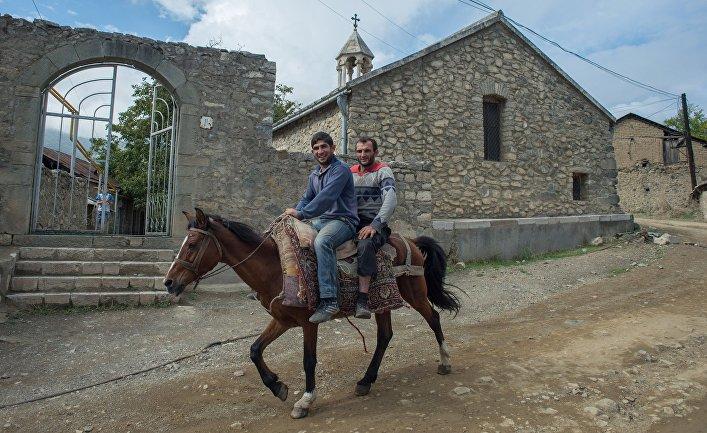 Мужчины в городе Гадруте самопровозглашенной Республики Нагорный Карабах