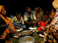 Люди из народности рохинджа обедают во временном лагере  в Кокс-Базаре, Бангладеш