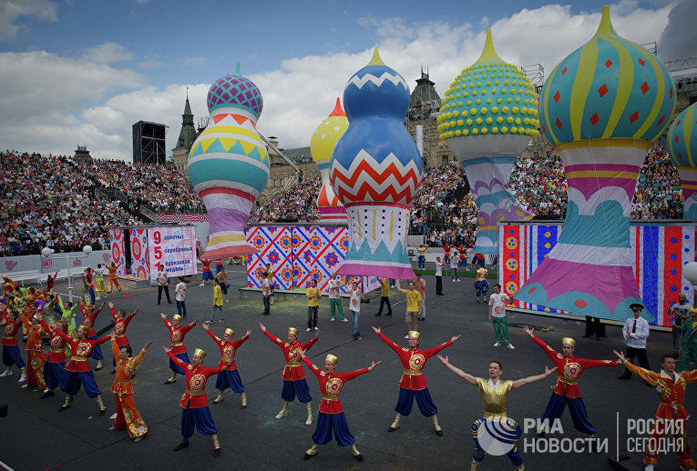 Участники праздничных мероприятий на торжественной церемонии празднования Дня города на Красной площади