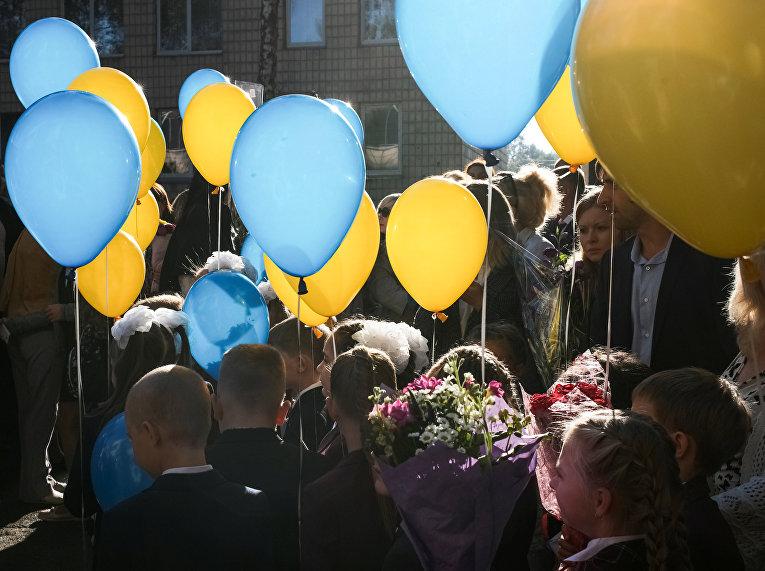 Первоклассники на торжественном мероприятии по случаю начала учебного года в Киеве