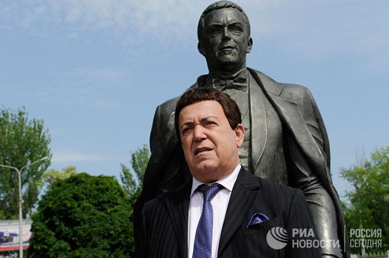 Иосиф Кобзон у памятника, установленного в его честь 30 августа 2003 года в Донецке