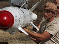 """Российские военные подвешивают высокоточную ракету Х-25 к самолету Су-24 на авиабазе """"Хмеймим"""" в Сирии"""