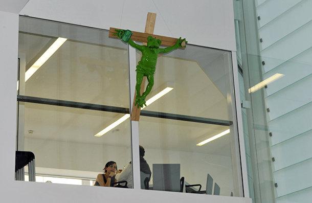 Скульптура немецкого художника Мартина Киппенбергера, изображающая распятую лягушку, во время акции протеста в музее Museion в Больцано, Италия