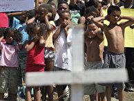 Дети в Рио-де-Жанейро закрывают глаза и уши в знак протеста против насилия в городе