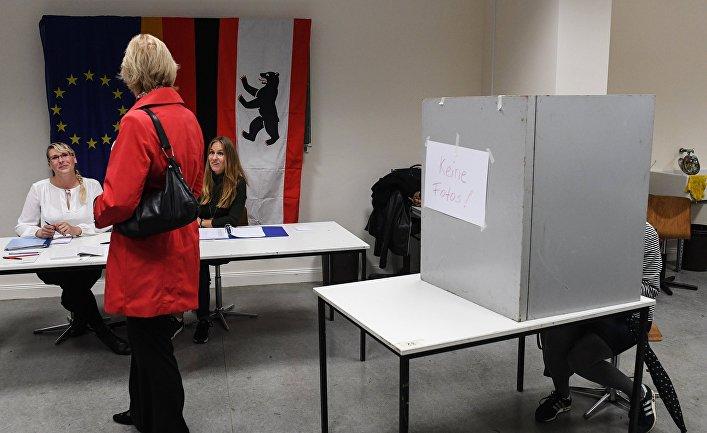 Избиратели голосуют на участке в Берлине во время парламентских выборов. 24 сентября 2017