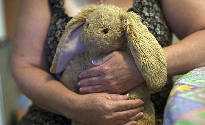Женщина держит любимую игрушку своей 18-летней дочери, умершей от передозироовки наркотиками в Миддлтаун в США