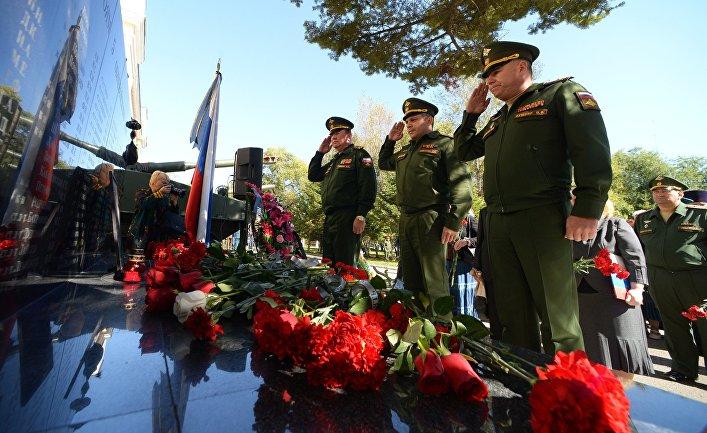 Возложение венков и цветов к портрету погибшего в Сирии генерал-лейтенанта Валерия Асапова. 27 сентября 2017
