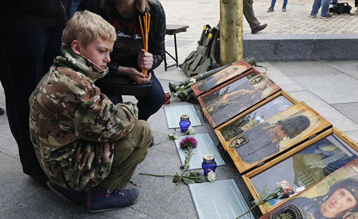 Фотографии погибших добровольцев украинской армии в Киеве