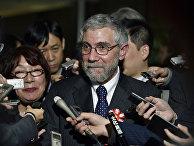 Лауреат Нобелевской премии по экономике Пол Кругман общается с журналистами