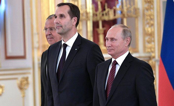 Президент РФ Владимир Путин и чрезвычайный и полномочный посол Латвийской Республики Марис Риекстиньш