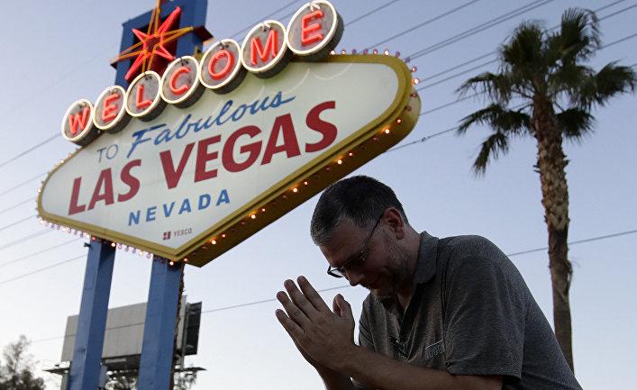 Мужчина молится за погибших в Лас-Вегасе