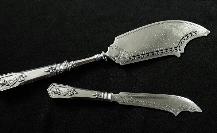 Два ножа из серебряного обеденного сервиза работы Фаберже