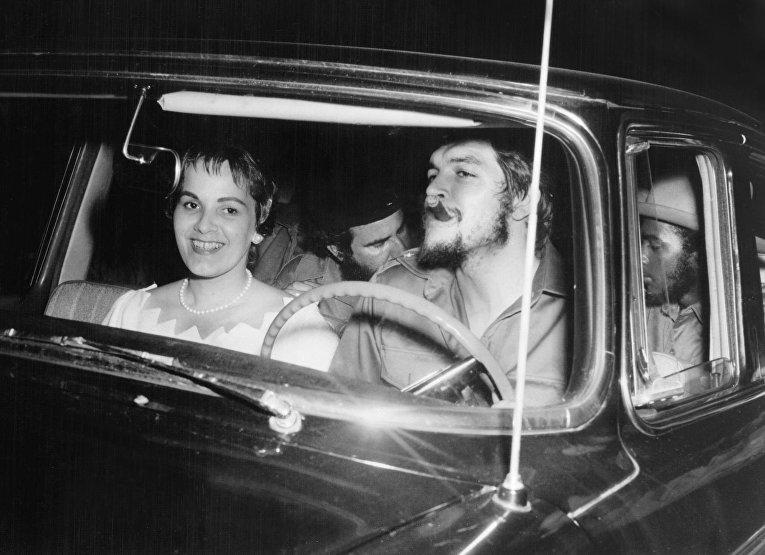 Кубинский революционер Эрнесто Че Гевара с женой Алейда Марч в день их свадьбы в Гаване