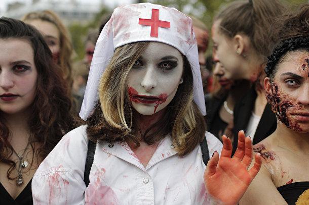 Участница зомби-моба в Париже, 7 октября 2017