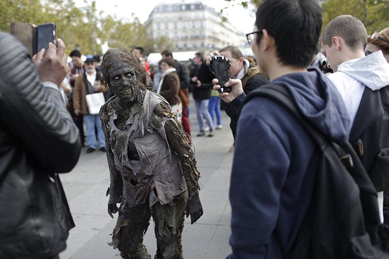 Участник зомби-моба позирует для журналистов