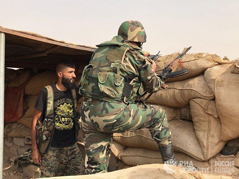 Сирийская армия и бойцы народного ополчения во время наступления в районе Джафра в Дейр-эз-Зоре