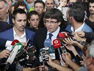 Глава правительства Каталонии Карлес Пучдемон беседует с представителями СМИ на избирательном участке в Каталонии. 1 октября 2017