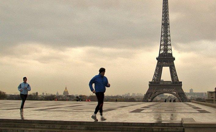 Бег трусцой на фоне Эйфелевой башни