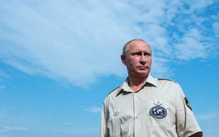 Президент России Владимир Путин после погружения на батискафе к затонувшему древнему судну