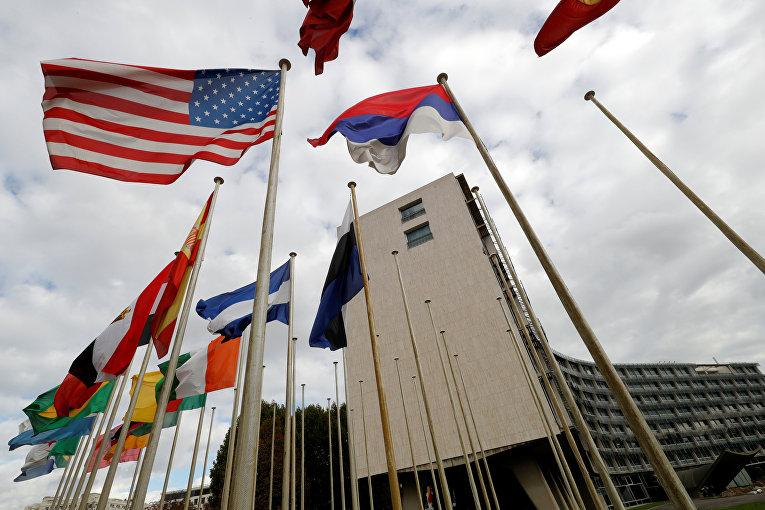 Американский флаг развевается перед штаб-квартирой Организации Объединенных Наций в Париже